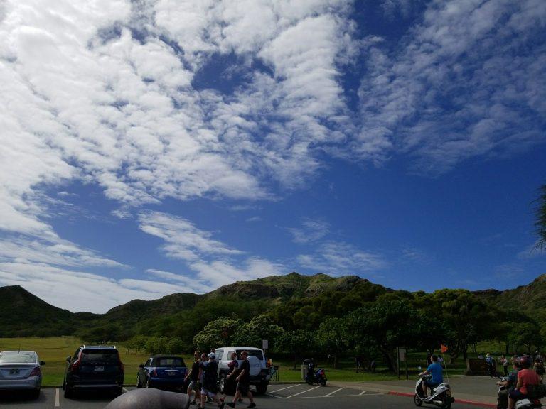 ダイアモンドヘッド駐車場。お天気、回復!あの山かな!?