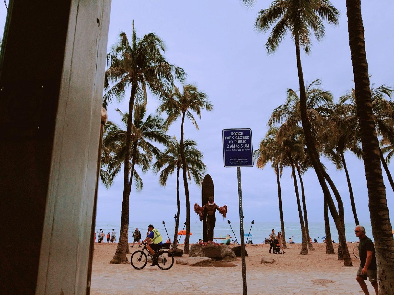 ワイキキビーチ。デュークカナハモク像