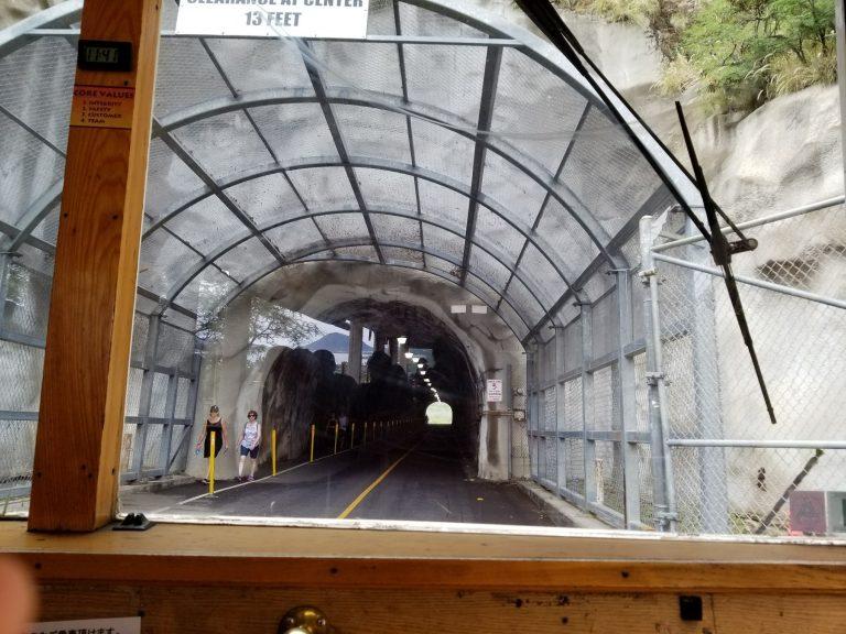 ダイアモンドヘッドへの道。このトンネルの先にあるのは…