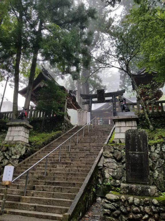 三峯神社本殿前の鳥居