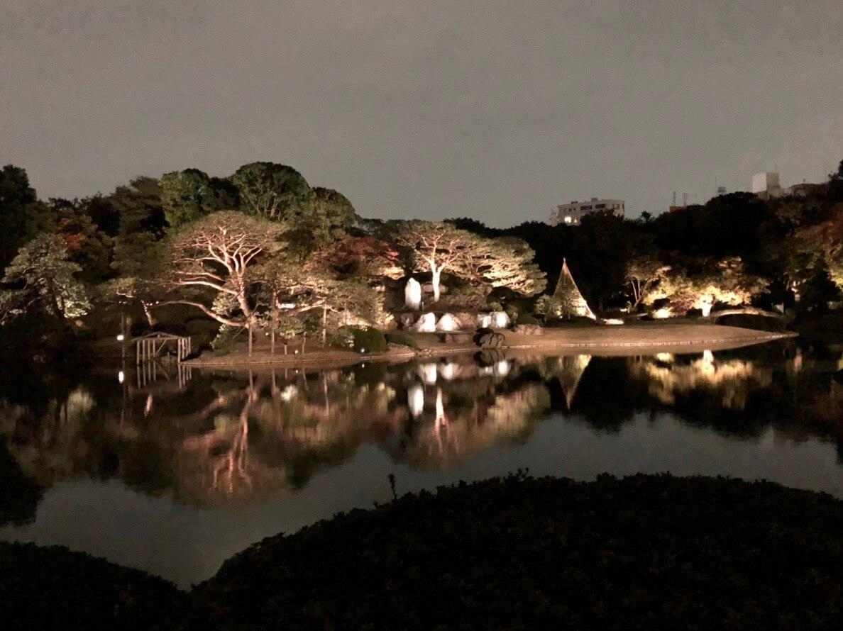 紅葉と大名庭園のライトアップ、六義園