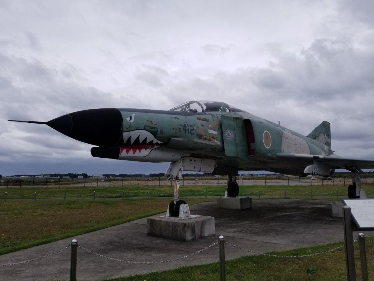 茨城空港お隣の百里基地、戦闘機展示。顔がシャークだね