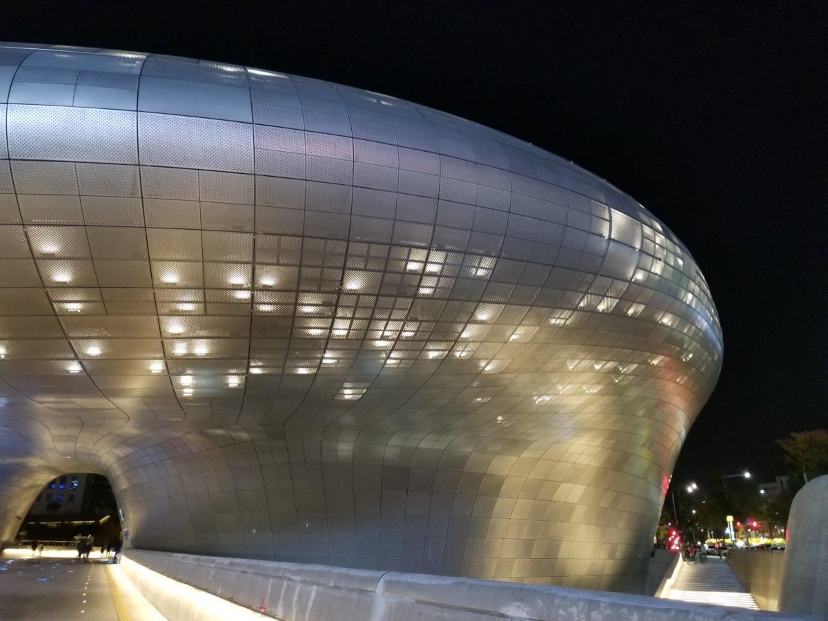 近未来的な建物、東大門デザインプラザ