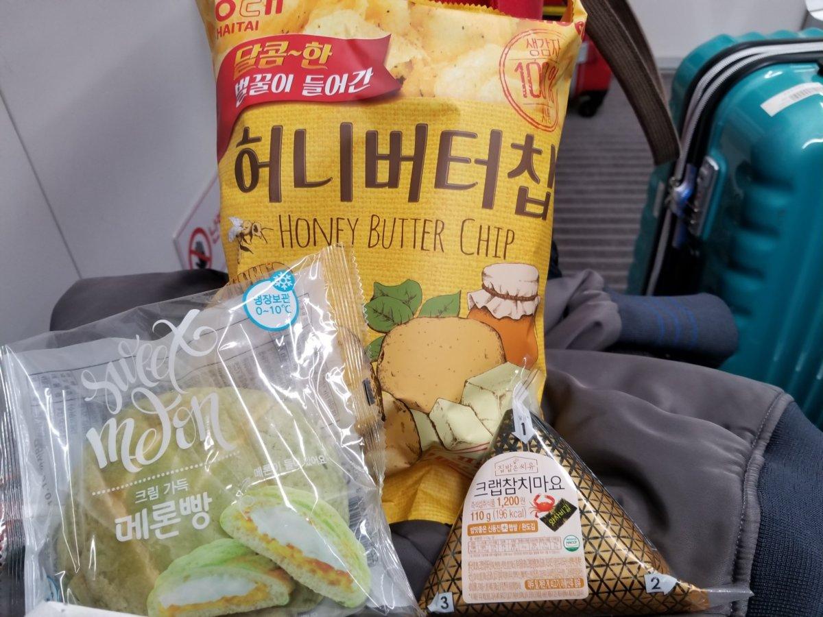 AREX車内で食べた韓国フード。メロンパン、おにぎり、ハニーバターチップ