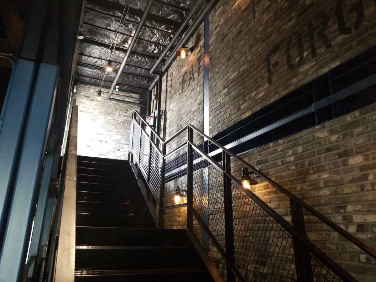 階段もインスタ映え:建大(コンデ):COMMON GROUND