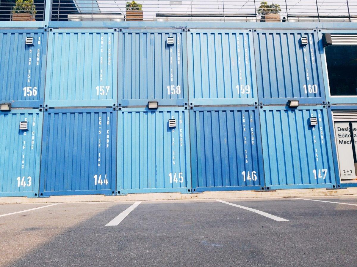青いコンテナたくさん:建大(コンデ):COMMON GROUND