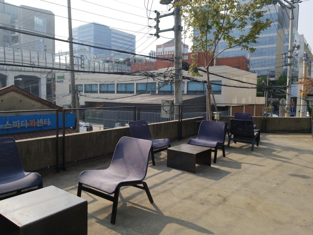 チャンミンゆかりのカフェcafeonion(カフェオニオン):屋上のカフェスペース
