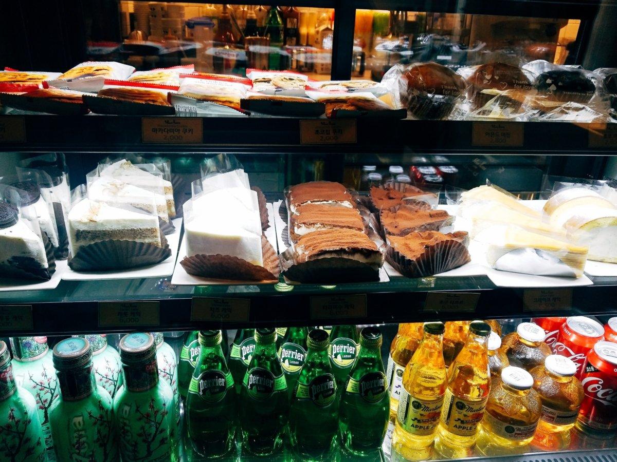 イェソン家族経営のカフェ「マウスラビット(マビ)」ショーケースにあるケーキ