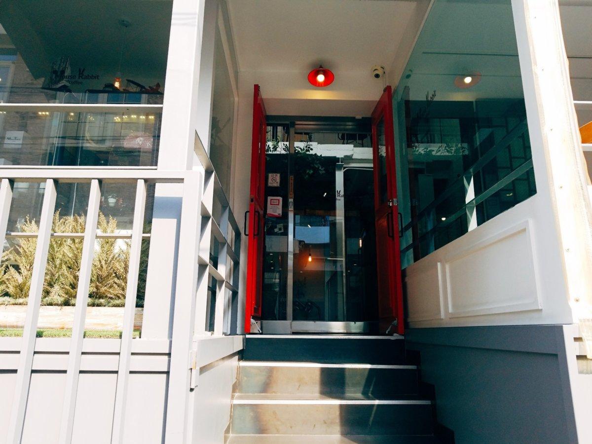 イェソン家族経営のカフェ「マウスラビット(マビ)」入口