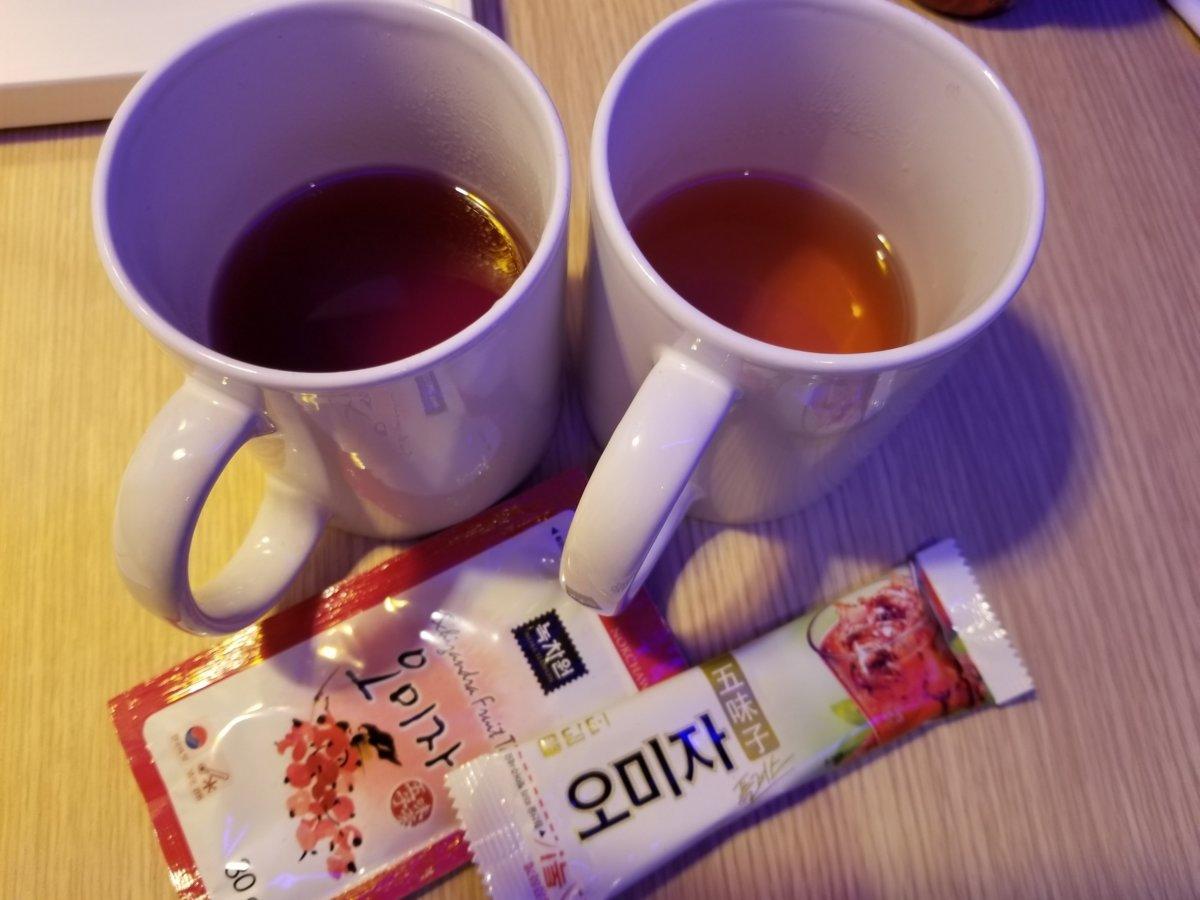 オミジャ茶飲み比べ色味違う