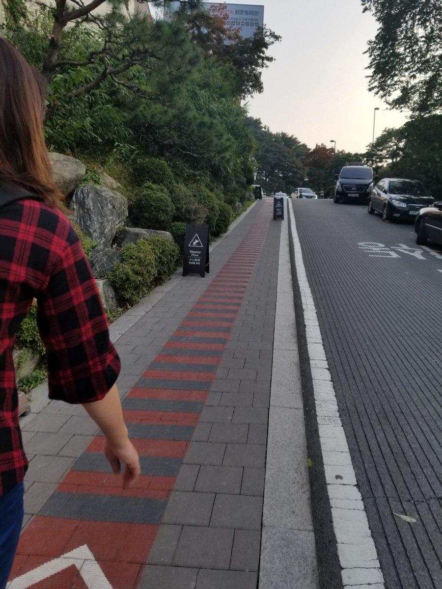 新羅免税店への道。なかなかの急勾配!
