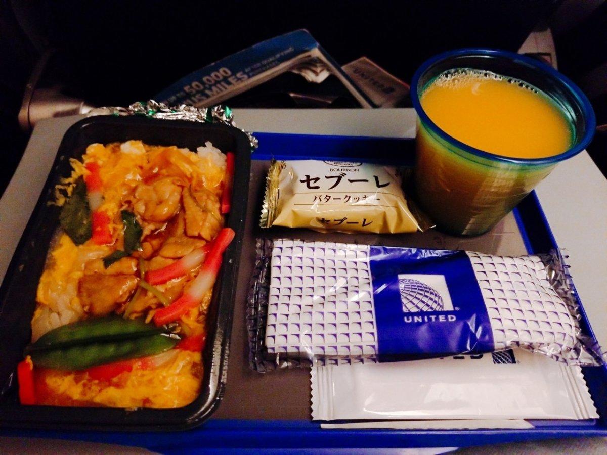 2回目の機内食。オレンジジュース美味しい:WDW&UORアメリカ新婚旅行