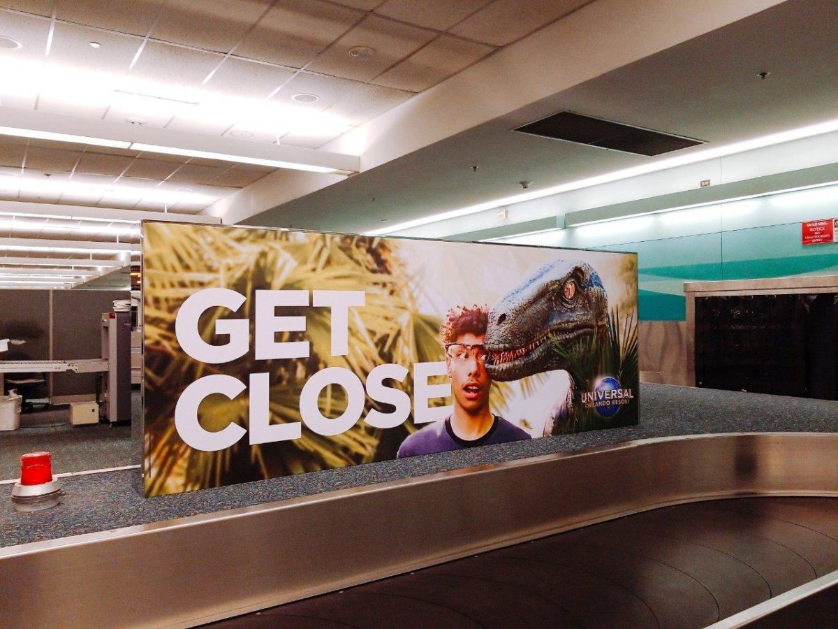 フロリダ空港にあるユニバーサルオーランドの看板:WDW&UORアメリカ新婚旅行
