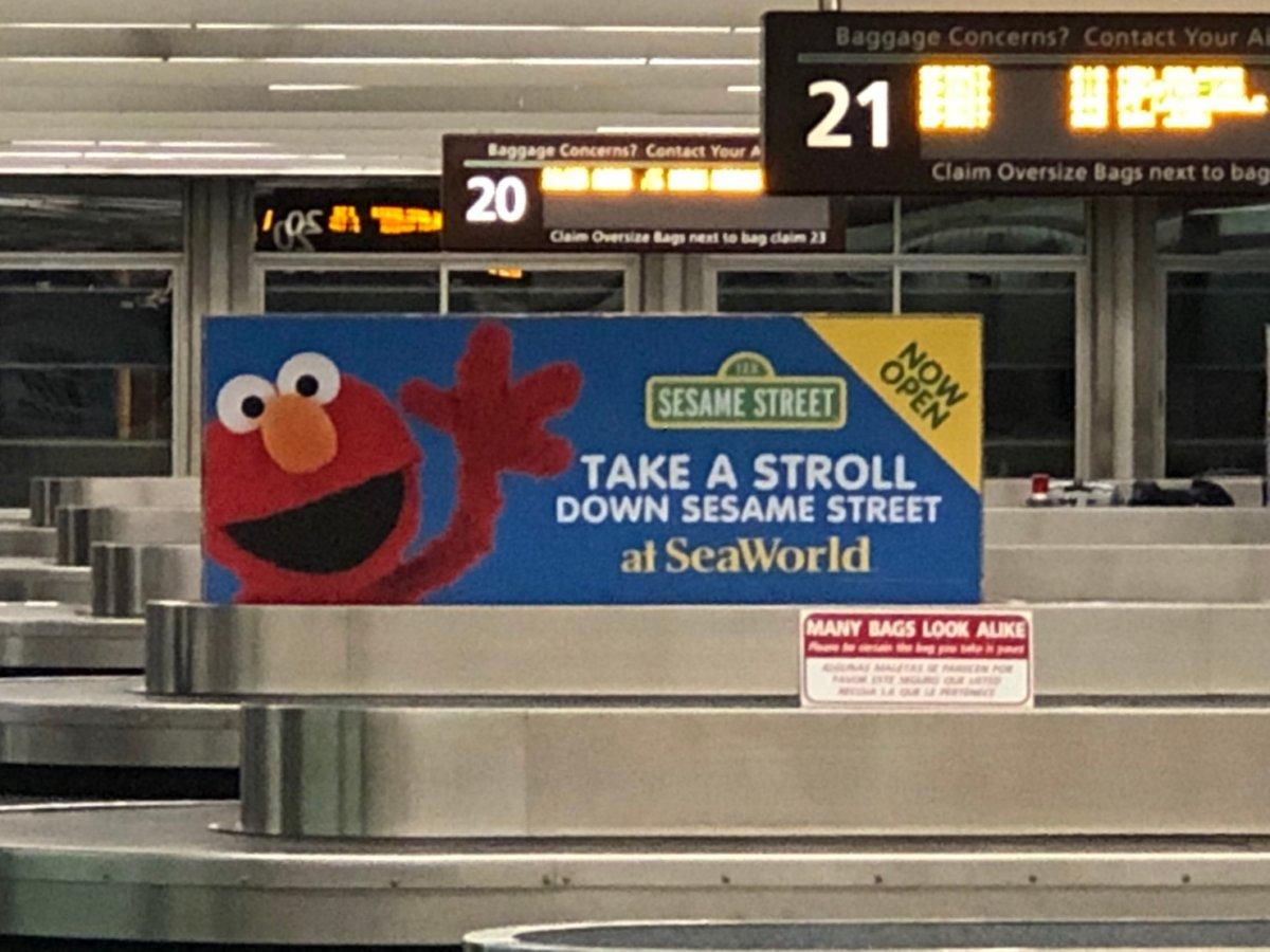 フロリダ空港にあるシーワールドの看板:WDW&UORアメリカ新婚旅行