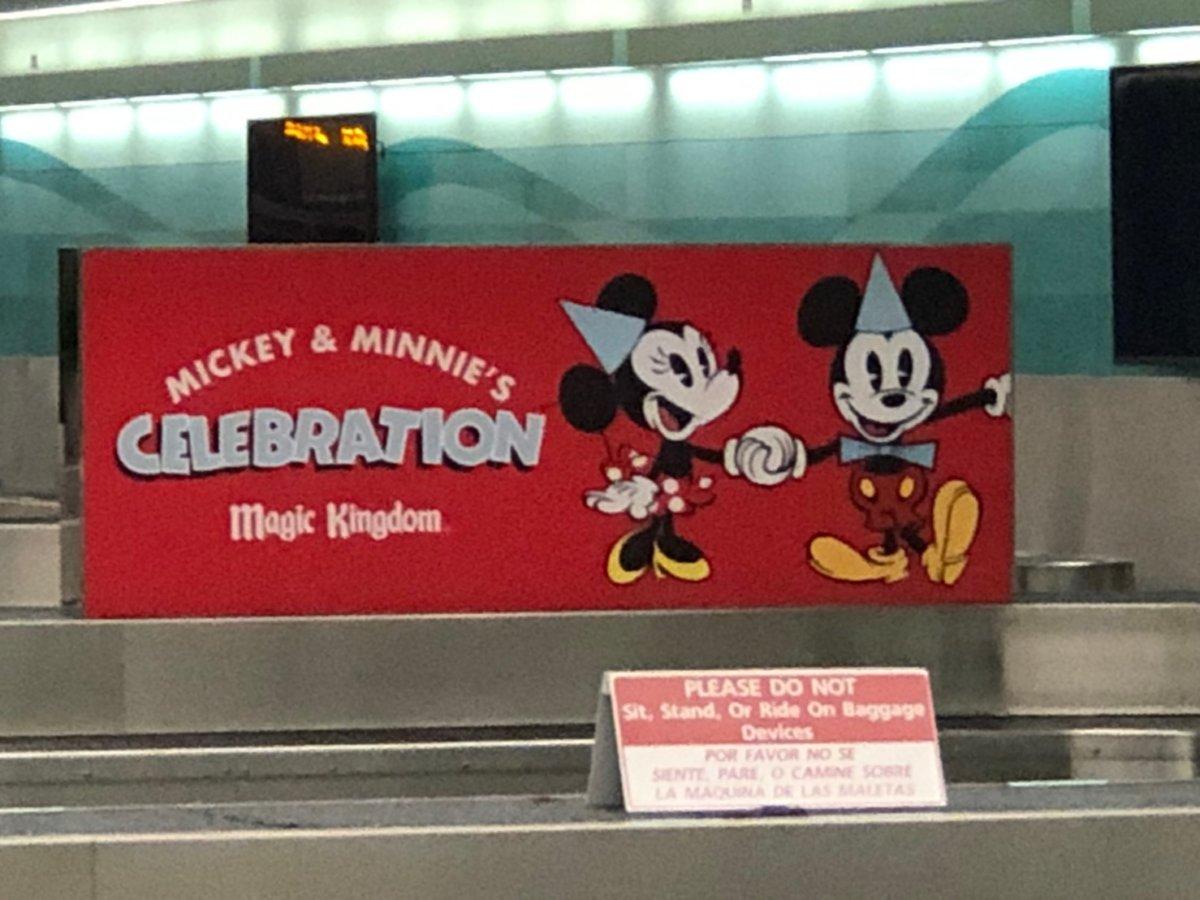 フロリダ空港にあるディズニーワールドの看板:WDW&UORアメリカ新婚旅行