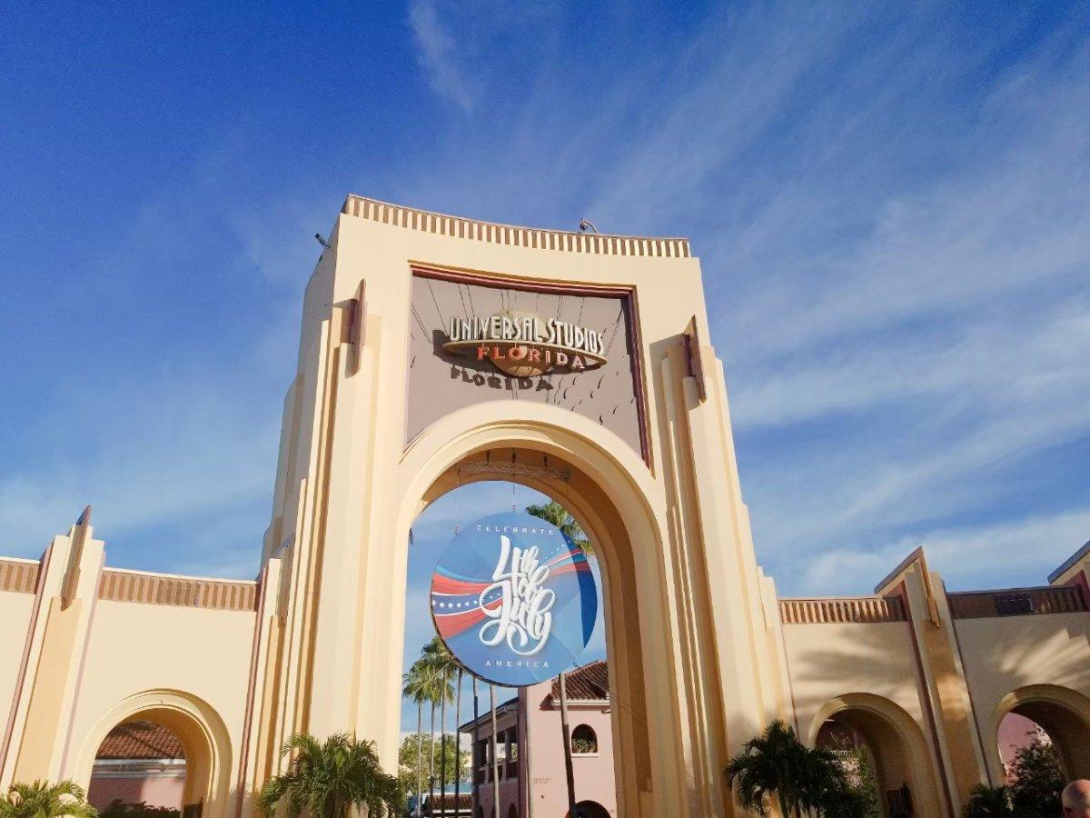 ユニバーサル・スタジオ・フロリダ:入り口は独立記念日バージョンへ!