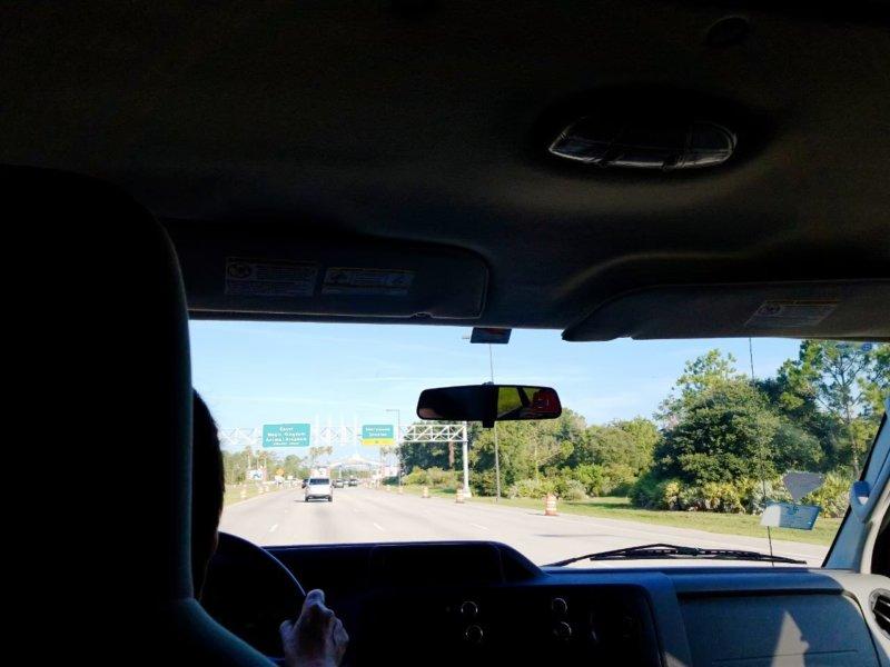 ウォルトディズニーへの道。普通の道は緑の看板