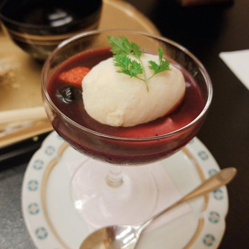 游水亭いさごや:夕食山葡萄ソースがけパンナコッタとバニラアイス
