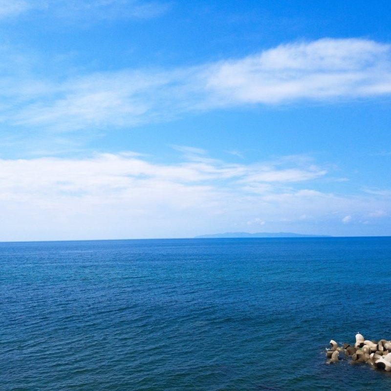 遠くに見える島影は『粟島』