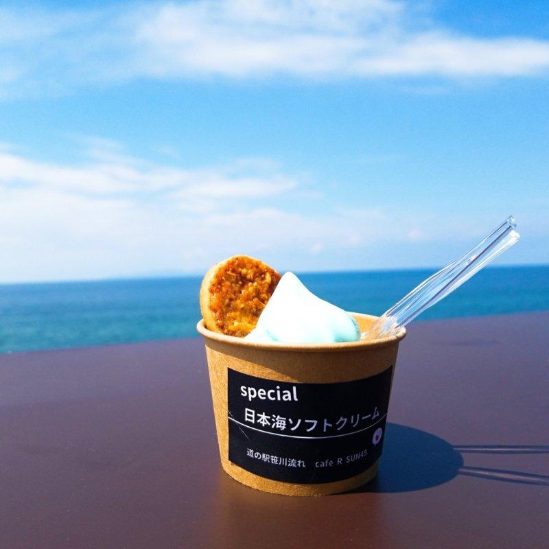 観光列車「海里」の車窓から。海里仕様の特別日本海ソフトクリーム!