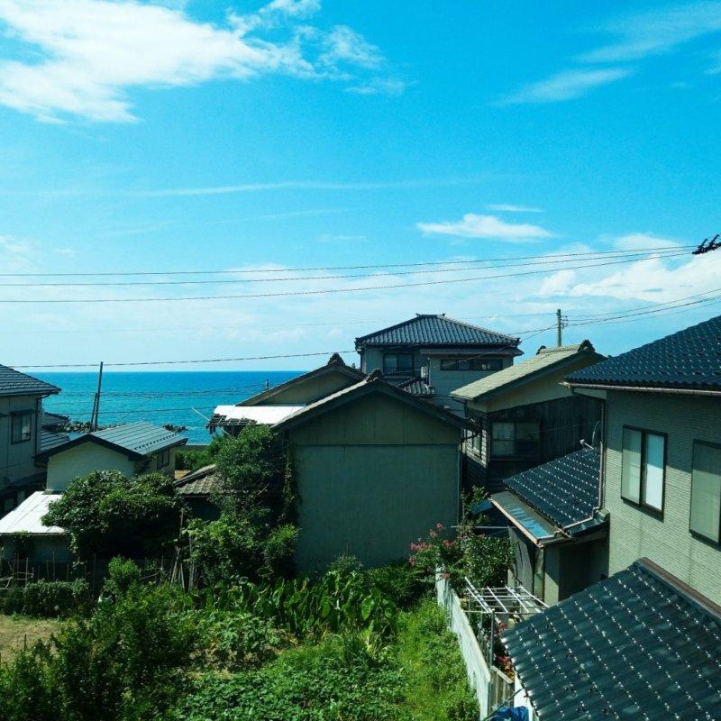 観光列車「海里」の車窓から。家々の間から見える海もまた素敵。