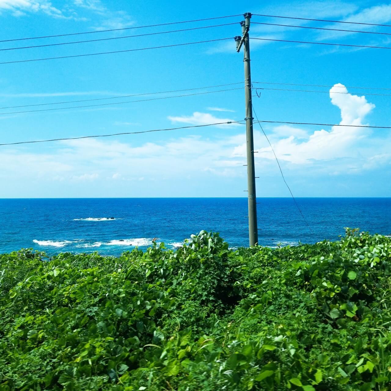 観光列車「海里」の車窓から。日本海を望む